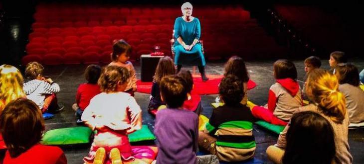 Ξένια Καλογεροπούλου: Αφηγείται παραμύθι σε παιδιά