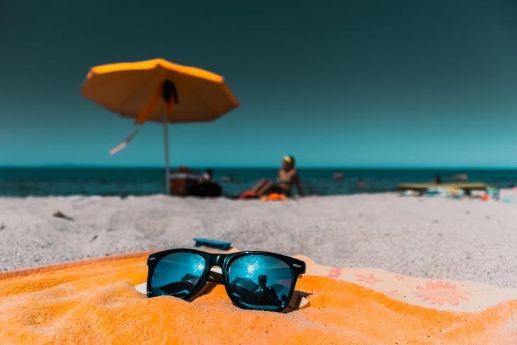 Καφέ και με το νόμο στις παραλίες!