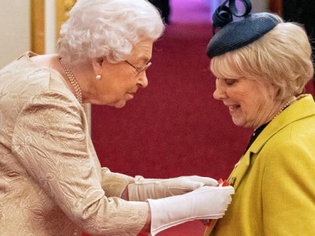Με γάντια η βασίλισσα Ελισάβετ σε απονομή μεταλλείων